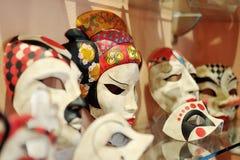 Venetian karnevalmaskeringar i en shoppa i Venedig, Italien Arkivfoto