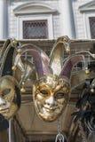 Venetian karnevalmaskeringar på skärm som är utomhus- i Venedig, Italien Royaltyfri Bild