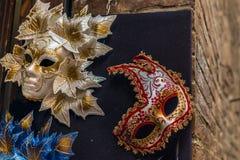 Venetian karnevalmaskeringar som hänger - 1 Royaltyfri Bild
