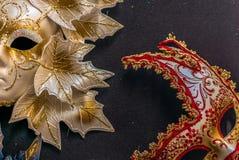 Venetian karnevalmaskeringar som hänger - 2 Arkivbilder