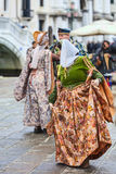 Venetian kvinnadans - Venedig karneval 2014 Arkivbilder