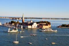 Venetian lagun med skepp och San Giorgio Maggiore den flyg- sikten arkivfoto