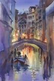 Venetian landskap för nattljusvattenfärg En kanal med gondoler under bron royaltyfri illustrationer
