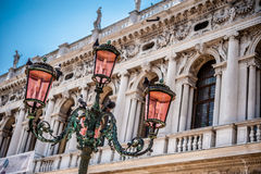 Venetian ljus pol royaltyfri foto
