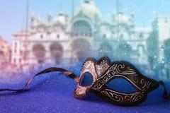 venetian maska przed rozmytym Wenecja tłem błyskotliwości narzuta Obrazy Stock