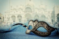 venetian maska przed rozmytym Wenecja tłem błyskotliwości narzuta Zdjęcia Stock