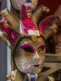 Venetian maskering för karneval i guld och rosa färger Fotografering för Bildbyråer