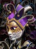 Venetian maskering för karneval i guld, vit och lilor Arkivfoton