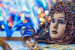 Venetian maskering för traditionell kvinnlig karneval på bokehbakgrund Maskerad Venedig, Mardi Gras, Brasilien begrepp arkivfoto