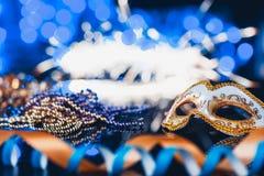 Venetian maskering för traditionell kvinnlig karneval på bokehbakgrund Maskerad Venedig, Mardi Gras, Brasilien begrepp royaltyfri fotografi