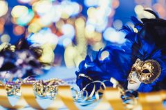 Venetian maskering för traditionell kvinnlig karneval på bokehbakgrund Maskerad Venedig, Mardi Gras, Brasilien begrepp royaltyfria foton