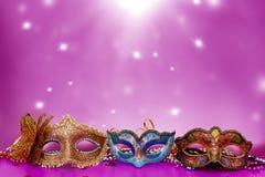Venetian maskering för traditionell kvinnlig karneval på tabellen Arkivbild