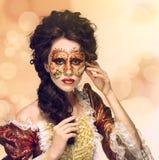 venetian maskering Härlig kvinna i tappningklänning och en maskering på högt Arkivfoton