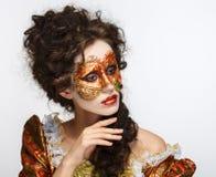 venetian maskering Härlig kvinna i tappningklänning och en maskering på högt Royaltyfria Bilder