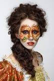 venetian maskering Härlig kvinna i tappningklänning och en maskering på högt Arkivbild