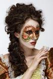 venetian maskering Härlig kvinna i tappningklänning och en maskering på högt Royaltyfri Bild