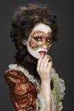 venetian maskering Härlig kvinna i tappningklänning och en maskering på högt Arkivfoto
