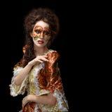venetian maskering Härlig kvinna i tappningklänning och en maskering på högt Royaltyfri Foto