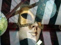 Venetian maskering i guld Arkivbilder
