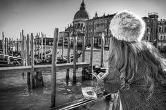 Venetian maskering i hand av kvinnan i Venedig, Italien Arkivfoton