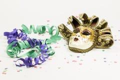 Venetian maskering, konfettier och banderoller för karneval Royaltyfria Foton