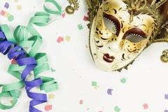 Venetian maskering, konfettier och banderoller för karneval Royaltyfri Bild