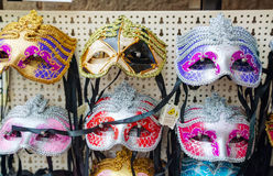 Venetian maskeringar för maskerad på försäljning i Venedig, Italien Royaltyfria Bilder