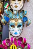 Venetian maskeringar för maskerad på försäljning i Venedig, Italien Arkivbilder