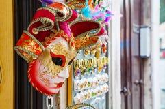 Venetian maskeringar för maskerad på försäljning i Venedig, Italien Royaltyfri Bild