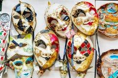 Venetian maskeringar för maskerad på försäljning i Venedig, Italien Royaltyfri Foto