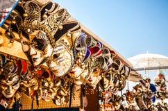 Venetian maskeringar i lagerskärm i Venedig Den årliga karnevalet i Venedig är bland det mest berömd i Europa Arkivbilder