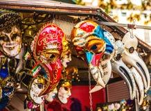 Venetian maskeringar i lagerskärm i Venedig Den årliga karnevalet i Venedig är bland det mest berömd i Europa Royaltyfri Bild