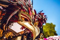 Venetian maskeringar i lagerskärm i Venedig Den årliga karnevalet i Venedig är bland det mest berömd i Europa Arkivbild