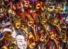Venetian maskeringar i lagerskärm i Venedig Den årliga karnevalet i Venedig är bland det mest berömd i Europa Arkivfoto