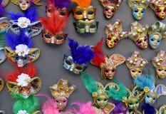 Venetian maskeringar i lagerskärm i Venedig Den årliga karnevalet i Venedig är bland det mest berömd i Europa Dess symbol är Vene Arkivbilder