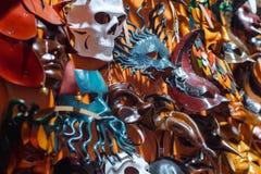 Venetian maskeringar i lagerskärm i Venedig Fotografering för Bildbyråer