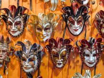 Venetian maskeringar i lagerskärm i Venedig Royaltyfri Fotografi