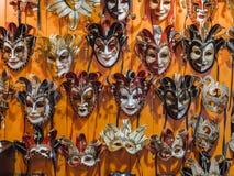 Venetian maskeringar i lagerskärm i Venedig Royaltyfri Bild