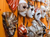 Venetian maskeringar i lagerskärm i Venedig Arkivfoto
