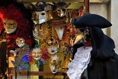 Venetian maskeringar i lagerskärm i Venedig Dekorativt Venetian c Arkivfoton