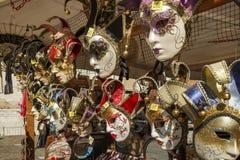 Venetian maskeringar i lagerskärm i Venedig, Italien, 2016 Royaltyfri Fotografi