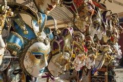 Venetian maskeringar i lagerskärm i Venedig, Italien, 2016 Arkivbilder