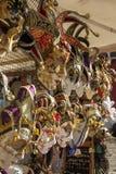 Venetian maskeringar i lagerskärm i Venedig, Italien, 2016 Arkivfoton