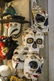 Venetian maskeringar i lagerskärm i Venedig, Italien, 2016 Arkivfoto