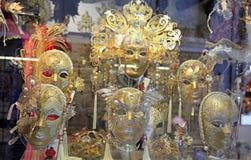 Venetian maskeringar på skärm på en marknad står Fotografering för Bildbyråer