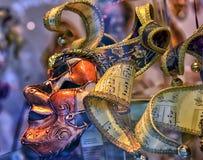 Venetian maskeringar som är till salu i souvenir, shoppar Arkivbilder