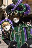 Venetian maskeringar som ställs ut med danser i Lugano på Schweiz Arkivfoto