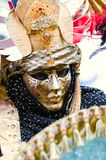 Venetian mystisk guld- maskering Arkivbilder