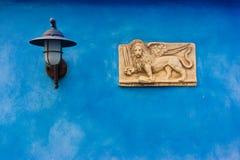 Venetian plätera på blått Royaltyfri Bild