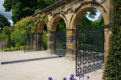 Venetian portAlnwick trädgårdar arkivfoton